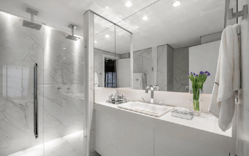 Banheiro com duchas
