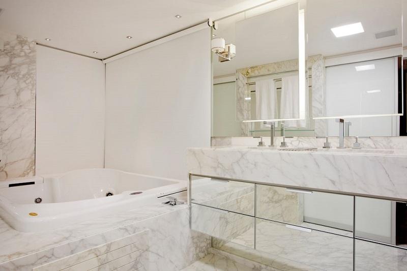 Espaço com banheira